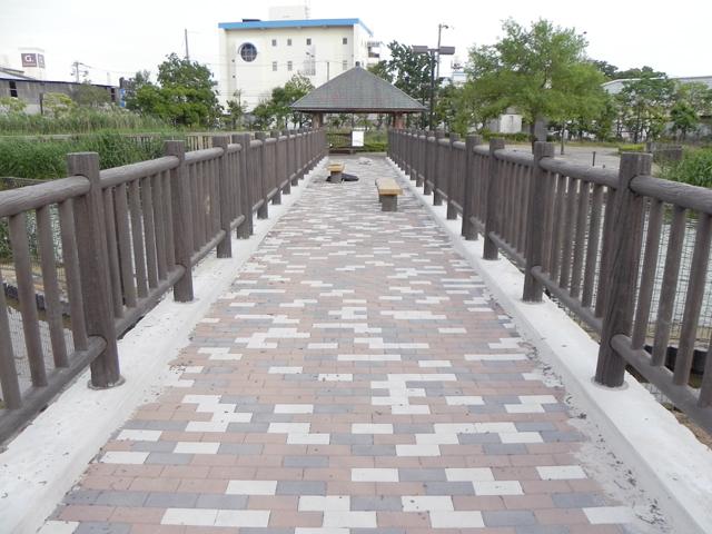 再生木材で作った橋の柵