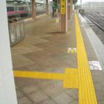 ホタテ貝殻平板が秋田駅で採用